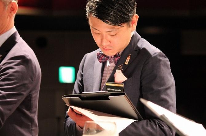 2015年の世界一に輝いた金子道人さん、日本大会運営責任者の中牟田孝一 ...